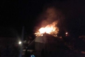 Acoperișul unei case din Gherla, cuprins de flăcări – VIDEO