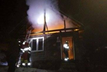Incendiu violent la o casă din Sîngeorz Băi. Patru copii Și cinci adulți au fost evacuați – FOTO