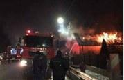 O casă în care locuiau șase frați și mama lor s-a făcut scrum în urma unui incendiu – FOTO/VIDEO