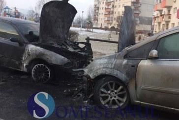 Două mașini mistuite de flăcări, într-o parcare din Gherla – FOTO