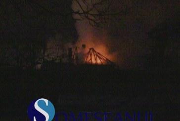 Incendiu extins de la o anexă gospodărească la un adăpost de animale