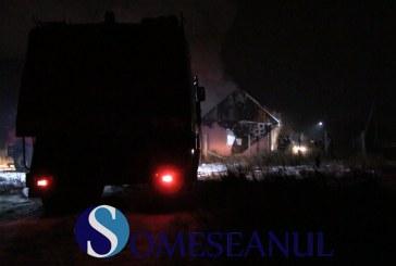 Casă mistuită de flăcări la Bunești. Două autospeciale de pompieri au intervenit – VIDEO