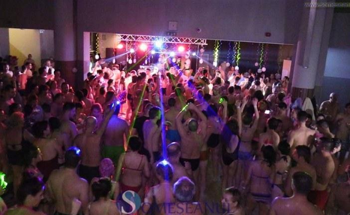 Revelionul românilor la Hajduszoboszlo. Spuma party, show de lasere și petrecere la piscină în noaptea dintre ani – FOTO/VIDEO