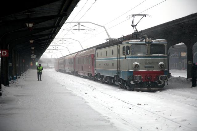 56 de trenuri de călători anulate din cauza ninsorilor şi întârzieri de sute de minute