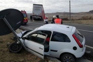 Un tânăr a rămas încarcerat după ce mașina în care se afla s-a izbit violent de un camion