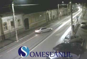 Accident surprins pe CAMERELE DE SUPRAVEGHERE, în centrul municipiului Gherla – VIDEO