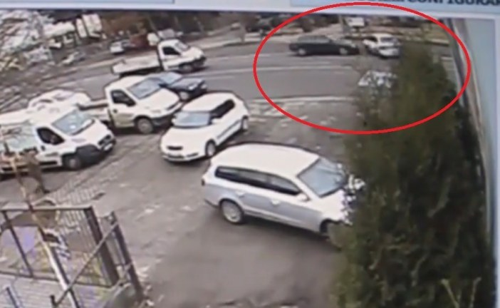 Accident surprins de camere: Ce se întâmplă când un alt șofer îți face semne că poți să treci – VIDEO