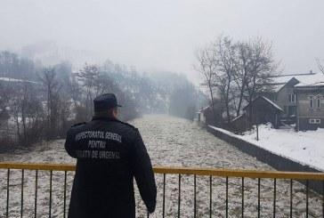 Râul Sălăuța a revărsat pe DN 17C. Mai multe gospodării inundate la Telcișor, din cauza zăpoarelor de gheață