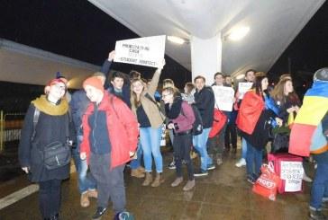 Peste 40.000 de clujeni au condus la gară un grup de studenți care vor protesta la București – FOTO/VIDEO