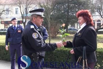 Jandarmii gherleni au oferit câte o floare doamnelor și domnișoarelor – VIDEO