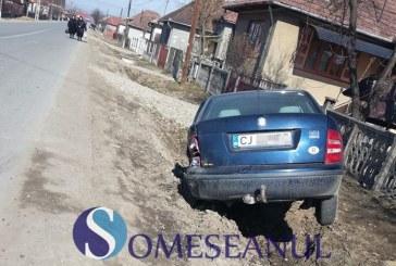 Accident la Mintiu Gherlii. Un șofer băut a intrat într-o mașină parcată, pe care a proiectat-o mai apoi în șanț – FOTO