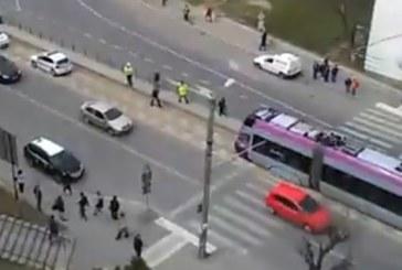 A lovit-o tramvaiul pe trecerea de pietoni – FOTO