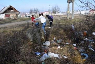 """Elevi și angajați ai Primăriei Dej, la muncă în folosul comunității în campania """"Împreună pentru un oraș mai curat"""""""