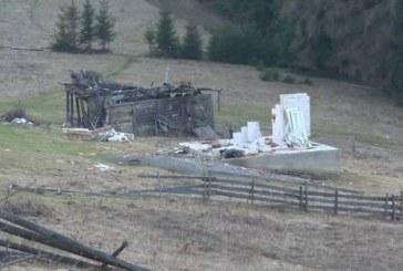 Casă furată bucată cu bucată în Bistrița-Năsăud. Au rămas doar două jumătăți de pereți – VIDEO