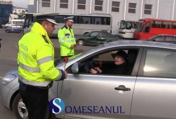 Șoferițele amendate cu flori, de polițiștii gherleni – VIDEO