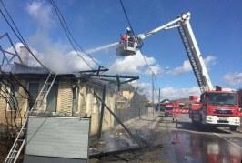 Incendiu puternic la o casă din Bistrița. Trei echipaje de pompieri au intervenit pentru salvarea persoanelor și bunurilor – FOTO/VIDEO