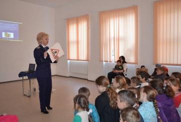 """Școala Gimnazială Mărișelu a fost vizitată de polițiști, în contextul campaniei ,,Şcoala altfel – să ştii mai multe, să fii mai bun!"""" – FOTO"""