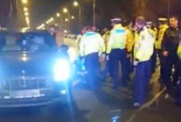 Ca-n filme. Șoferul unui Porsche, scos cu focuri de armă de polițiști din mașină. A vrut să fugă – VIDEO
