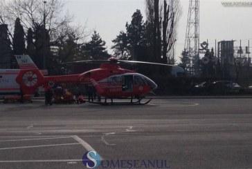 FOTO/VIDEO – Elicopterul SMURD, solicitat pentru a prelua un pacient cu arsuri în urma unui incendiu de vegetaţie