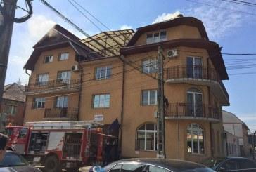 Incendiu la sediul Finanţelor din Gherla. Flăcările se manifestă la nivelul acoperişului – FOTO/VIDEO