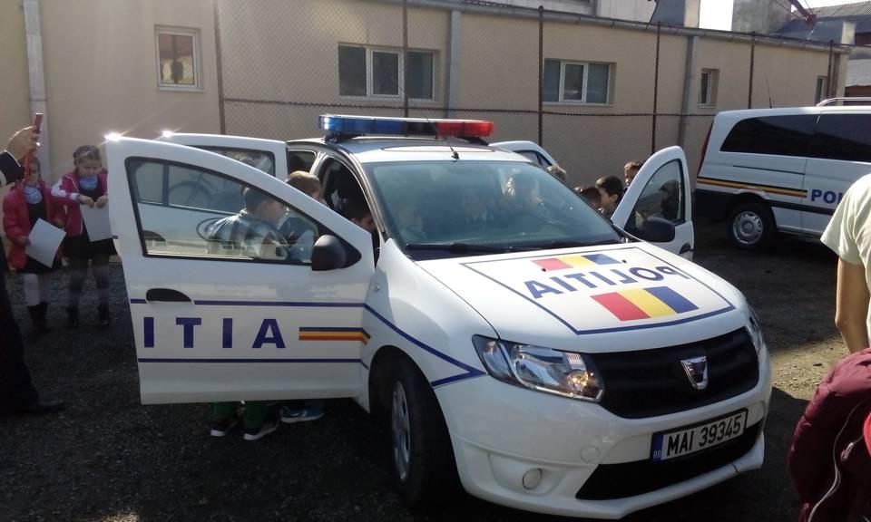 Polițiștii bistrițeni, alături de elevi la începutul anului școlar