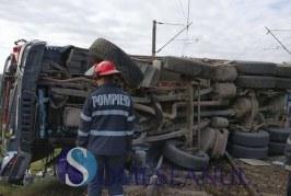 Trafic feroviar întrerupt la Cluj, după ce un TIR s-a răsturnat pe calea ferată la Negreni