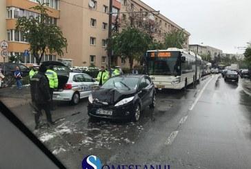 Accident grav pe strada Nicolae Titulescu din Cluj. Au fost implicate un tractor și un autoturism – FOTO