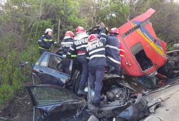 Cinci morți în urma unui accident în care au fost implicate două autoturisme și un TIR – FOTO