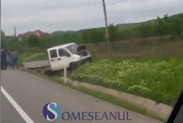 Accident la Livada. O autoutilitară încărcată cu lemne a intrat într-un șanț – VIDEO