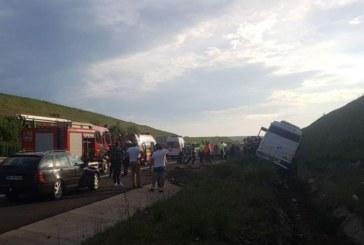 Un microbuz cu elevi, care se întorceau din excursie de la Cluj, s-a răsturnat. Șoferul a murit