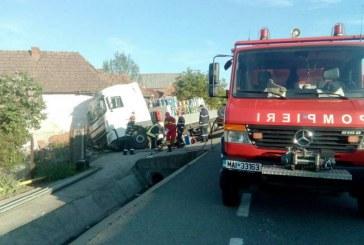 Un autotren încărcat cu butelii a măturat tot în cale și s-a oprit într-o casă – FOTO