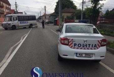 """Biciclist lovit de un microbuz, în fața liceului """"Petru Maior"""" din Gherla – VIDEO"""