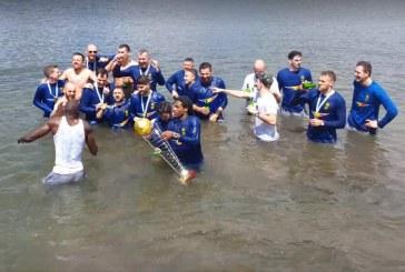 U-BT Cluj, noua campioană națională. Baschetbaliștii au sărbătorit trofeul printr-o baie în Someș – VIDEO