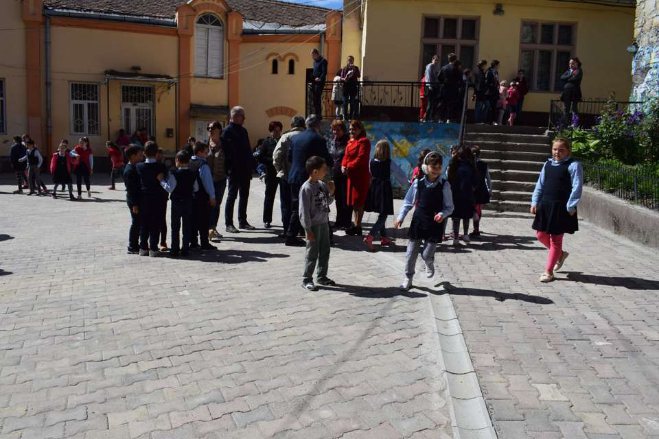 elevi in curtea scolii 1 dej