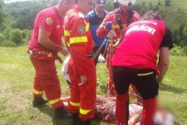 Operațiune dramatică de salvare. S-au răsturnat cu mașina într-o prăpastie de 80 de metri – FOTO/VIDEO