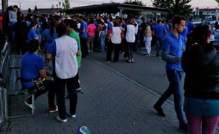 Zeci de angajați ai fabricii Leoni Bistrița, puși să-și dea demisiile după ce au participat la grevă și au postat pe Facebook