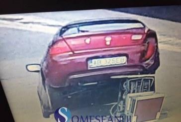 Accident la Gherla. Un șofer a intrat cu mașina într-o pompă de motorină, a rupt-o și a fugit de la fața locului – FOTO