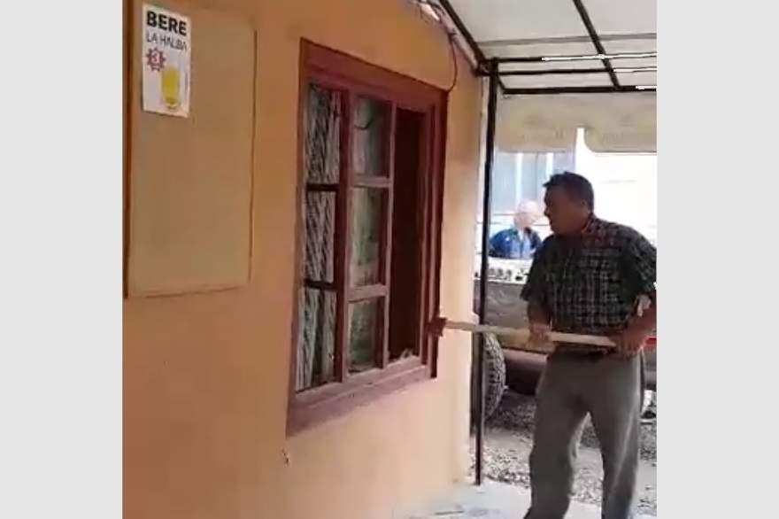 primar uriu sparge bar cu toporul