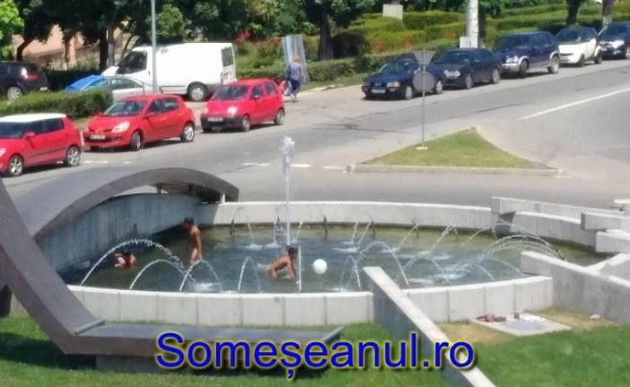 """VIDEO – Fântâna arteziană din fața Judecătoriei Dej, piscină pentru rromii orașului. Localnic: """"O să ceară gratis la Toroc"""""""