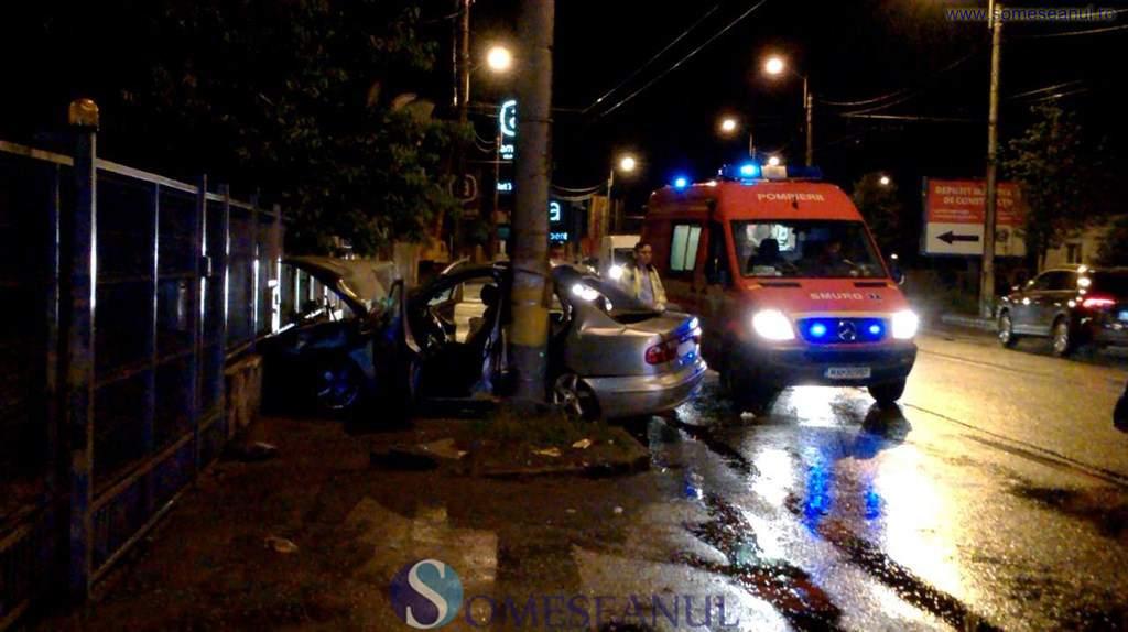 Cluj – S-a încolăcit cu mașina după un stâlp. Trei persoane grav rănite – FOTO
