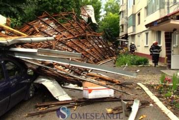Natura s-a dezlănțuit la Dej: blocuri rămase fără acoperiș și mașini distruse – Foto/Video
