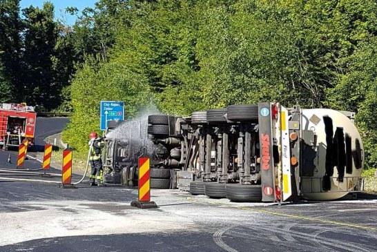 Cisternă încărcată cu uree, răsturnată într-o curbă. Șoferul a scăpat cu viață după ce cabina i-a fost cuprinsă de flăcări – FOTO