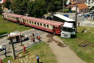 Tir lovit de un tren Regio, la o trecere la nivel cu calea ferată din Bistrița – VIDEO