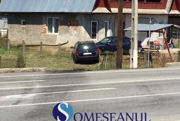 Accident la Bunești. Un șofer a zburat cu mașina peste o  intersecție, oprindu-se în curtea unei gospodării – FOTO