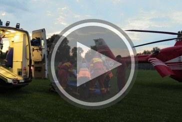 Grav accident la Câțcău. Un autocar Fany s-a izbit violent de un autoturism, după care s-a răsturnat – FOTO/VIDEO