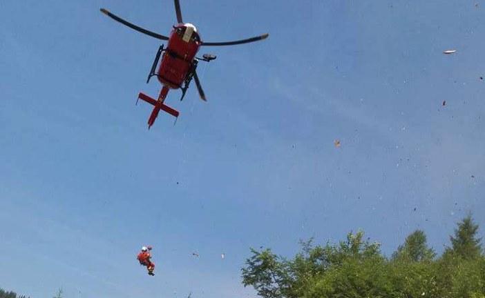 Bărbat salvat cu elicopterul de pe un drum forestier, după ce s-a răsturnat cu tractorul – VIDEO