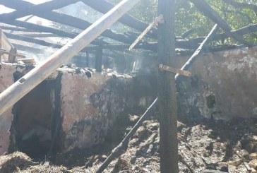 Intervenție dificilă a pompierilor la un incendiu izbucnit la un depozit de furaje – FOTO