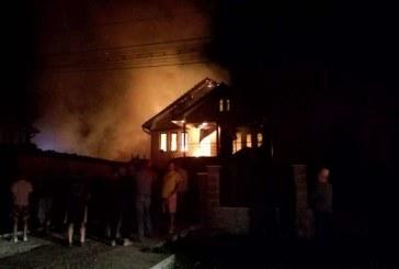 Incendiu violent noaptea trecută. Două case au fost cuprinse de flăcări – FOTO