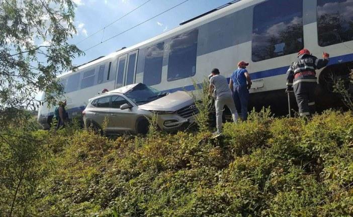 Au scăpat cu viață după ce mașina le-a fost lovită de un tren – FOTO