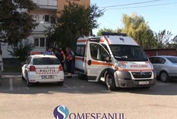 Descoperire macabră într-un apartament din Gherla. O femeie decedată de mai multe zile, complet dezbrăcată, a fost găsită căzută pe hol – VIDEO